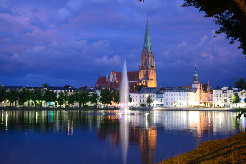Travelgrapher.com-Inspire-Germany-Schwerin-Ziegelsee-Night