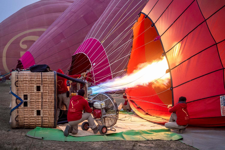 Travelgrapher.com-Inspire-Myanmar-Bagan-Hot-Air-Balloon-Warming-Up