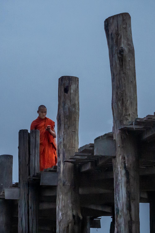 Travelgrapher.com-Inspire-Myanmar-Mandalay-U-Bein-Bridge-Monk